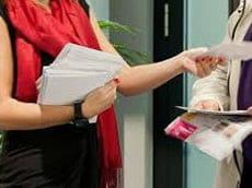 distribution de prospectus main à main